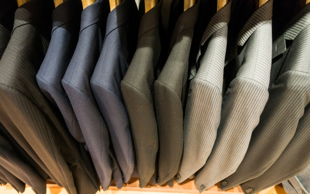 "<img src=""170330_suits_2.jpg"" alt=""スーツ選び""/>"