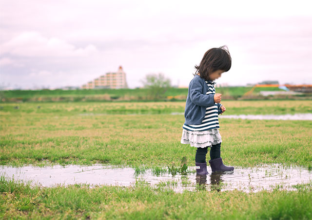 雨上がりの子ども写真