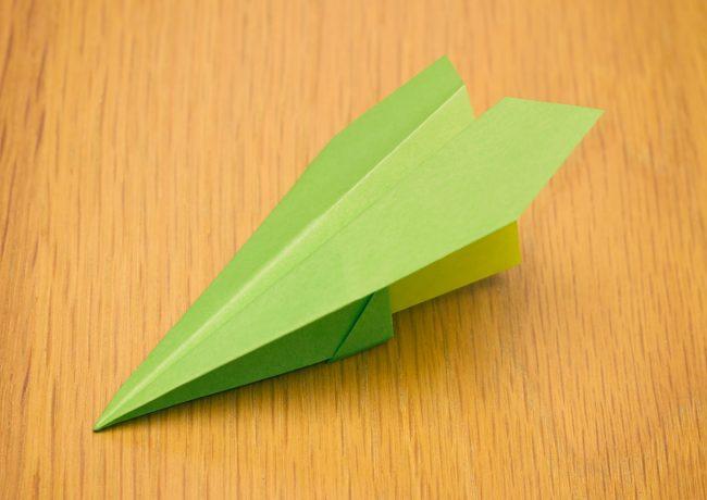 紙飛行機の折り方